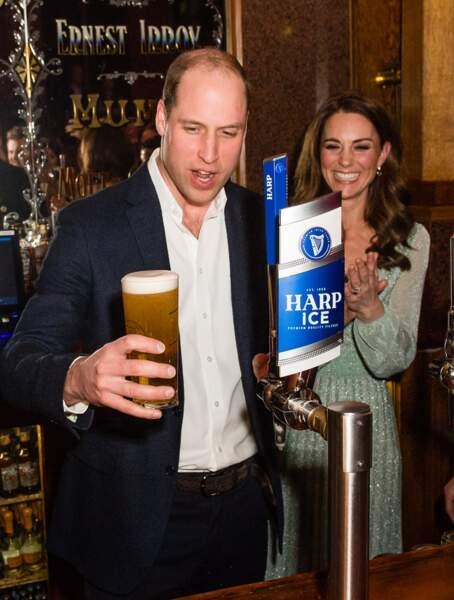 Le prince William s'essaye au métier de barman