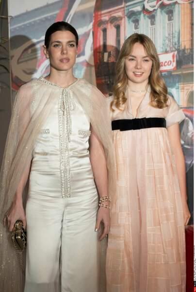 Charlotte Casiraghi et sa soeur la princesse Alexandra de Hanovre prennent la pose avant de rejoindre leurs invités