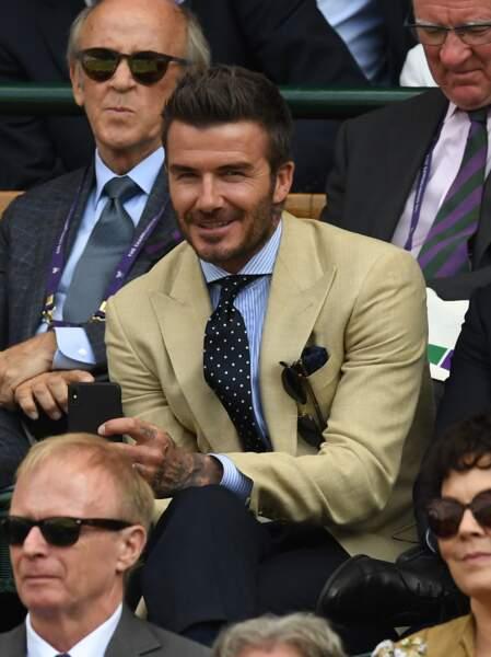 David Beckham toujours très élégant, coordonne les couleurs pour son costume à Wimbledon