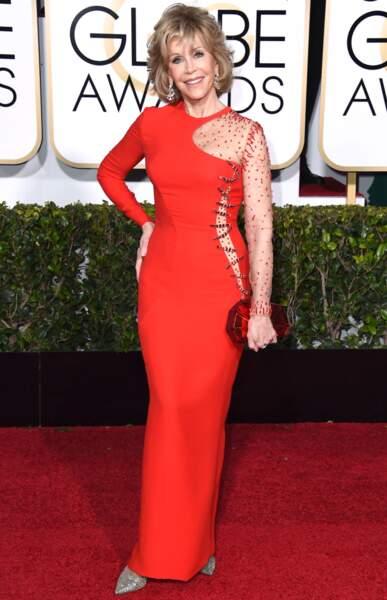 A 77 ans, Jane Fonda rayonnait dans cette robe asymétrique et ajourée (2015)