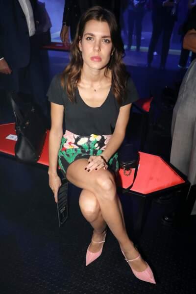 Charlotte Casiraghi très belle en jupe courte et escarpins rose pastel