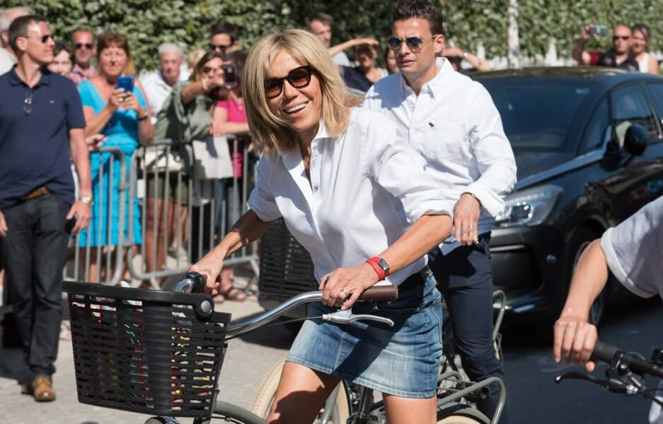 Brigitte Macron fait de la bicyclette dans les rues du Touquet, le 17 juin 2017