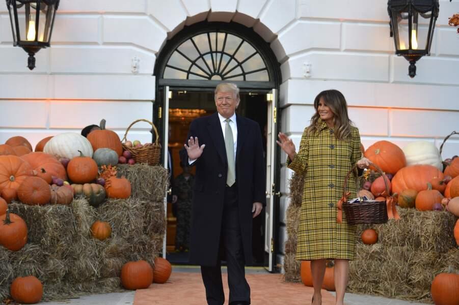 Donald et Melania Trump en manteau jaune à carreaux Bottega Veneta, à la Maison Blanche pour Halloween 2018