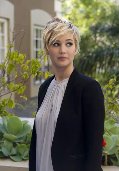 Jennifer Lawrence a eu, elle aussi, une pixie longue. Vive les mèches !