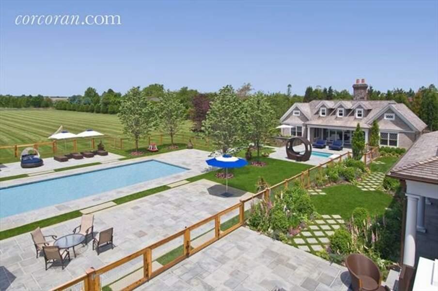 Piscine principale et en arrière plan, maison et piscine des invités