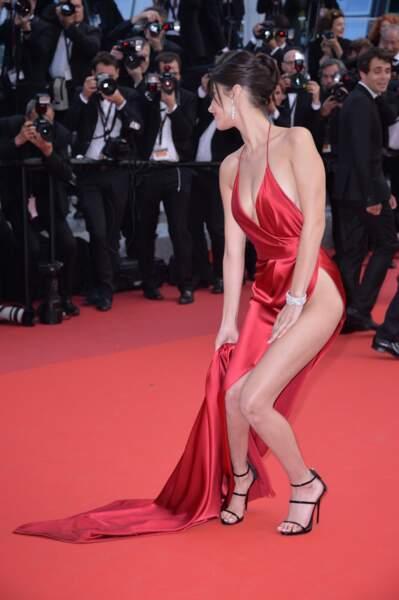 Une Bella Hadid qui a cependant eu le bon réflexe pour ne pas en dévoiler davantage au festival de Cannes 2016.