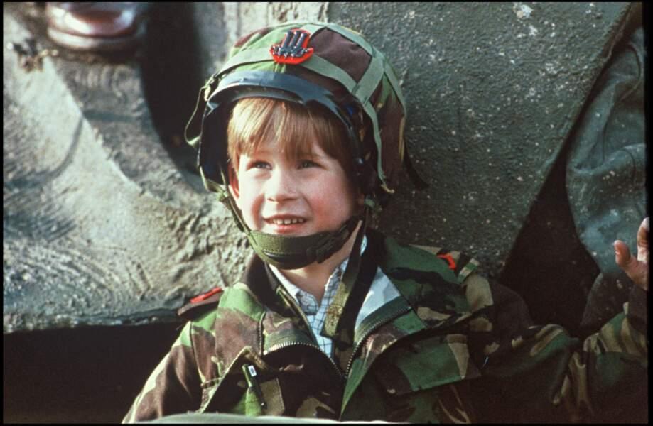 Le prince Harry lors d'une visite de la base militaire de Salisbury, en 1991