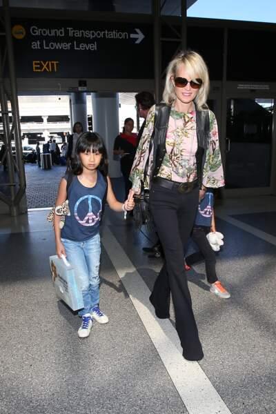 Laeticia Hallyday en blouse imprimée, sac à franges et pantalon bootcut, avec Jade et Joy à Los Angeles en 2015.
