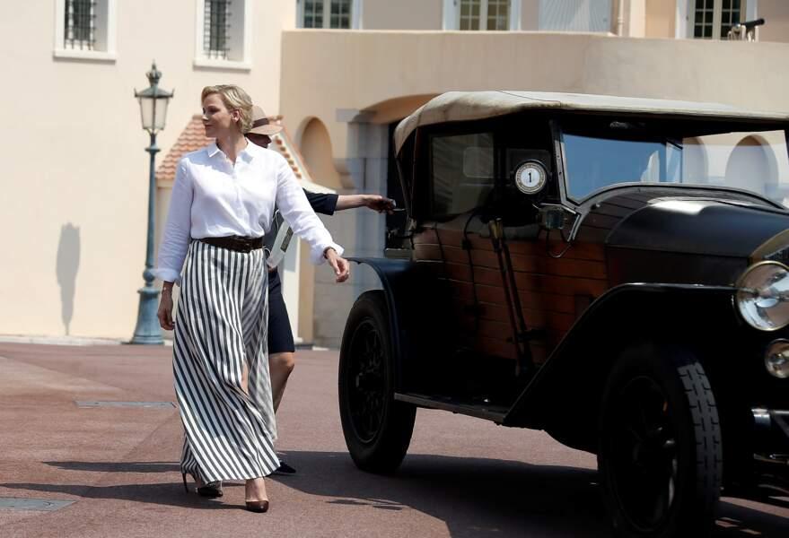 La princesse Charlène de Monaco férue d'automobiles, ravissante en jupe longue