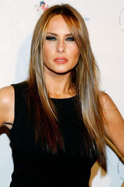 Melania Trump lors d'une soirée caritative à New York le 9 mars 2010. Cheveux raides, elle accorde petite robe noir et smokey charbonneux. Un combo gagnant.