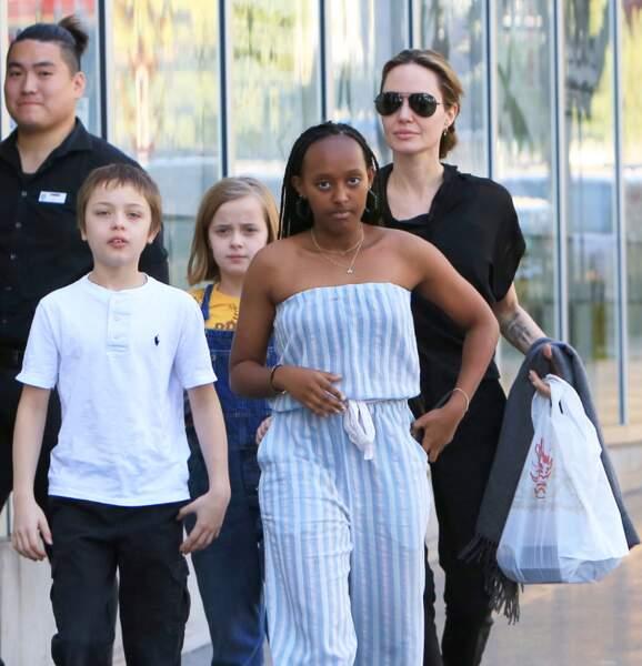 Angelina Jolie en ballade, le 27 janvier, avec trois de ses enfants à Los Angeles : Zahara, Knox et Vivienne