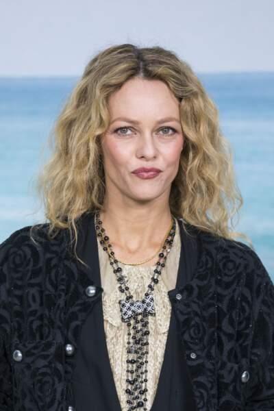Une mise en beauté sauvagement maîtrisée pour la jolie Vanessa Paradis chez Chanel.