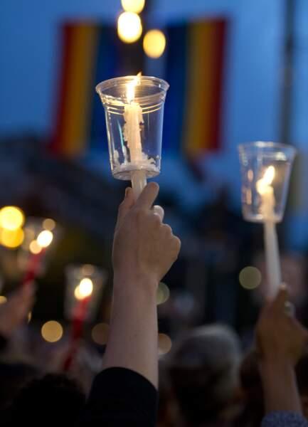 L'une des centaines de bougies qui ont brillé en hommage aux victimes de la tuerie d'Orlando