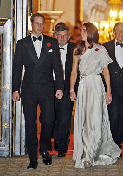 Kate née Middleton dans sa silhouette satinée argent Jenny Packham en novembre 2011