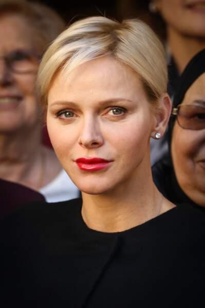 Novembre 2017 : Charlène de Monaco, coupe très courte et rouge à lèvres rouge