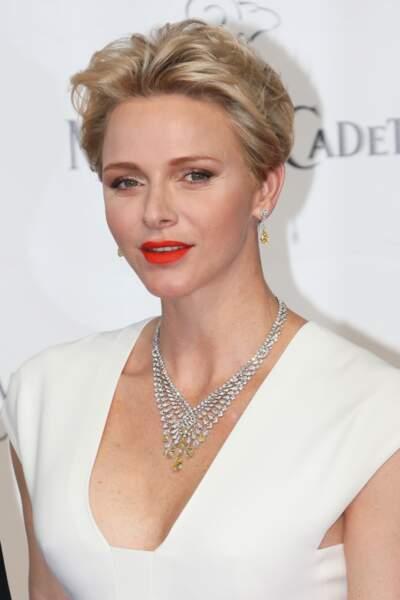 En juin 2016, Charlène lors de l'inauguration du 56e Festival TV de Monte-Carlo, exhibe une coupe courte matiérée
