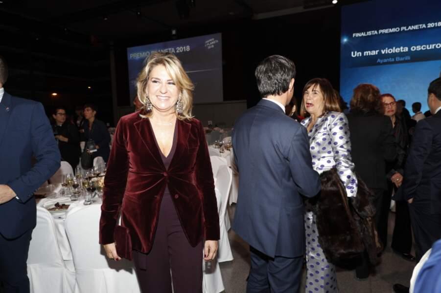 Susanna Gallardo porte sa veste en velours rouge