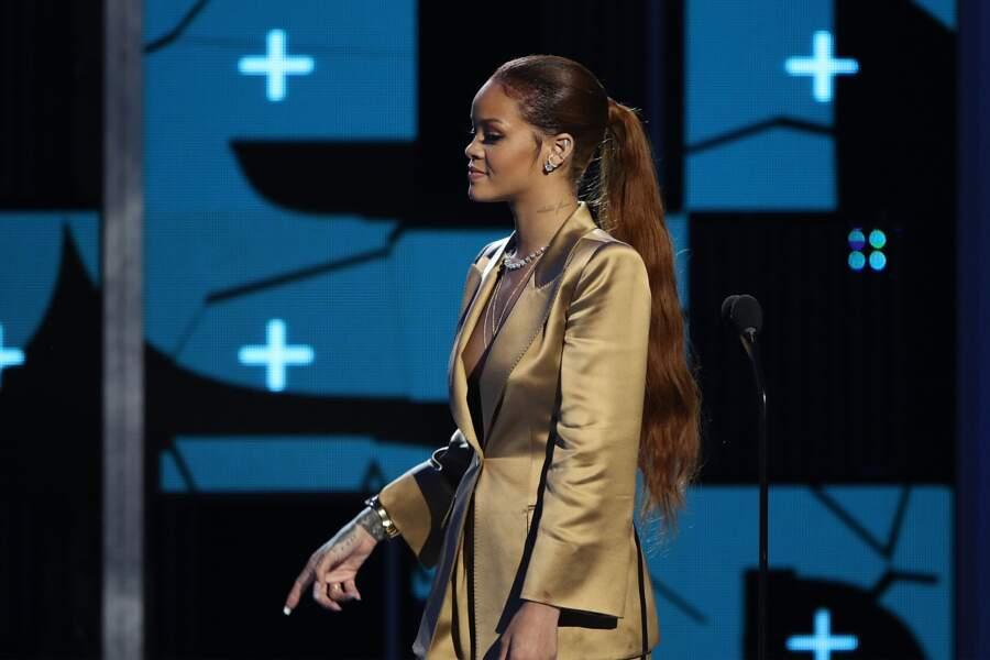 En juin, Rihanna mise pour une queue de cheval, très très longue