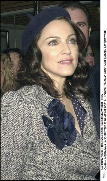 Madonna, cheveux bruns ondulés et coiffée d'un béret en 2003 à New York