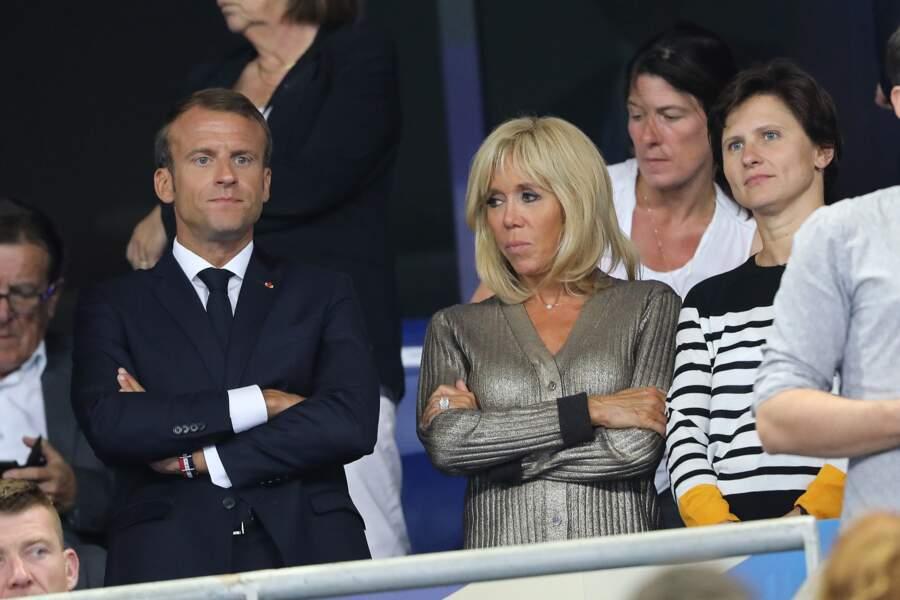 Avec son alter ego, Brigitte Macron épure son look scintillant Louis Vuitton avec de fins bijoux.