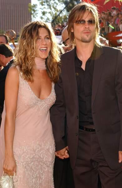 2002 : Jennifer Aniston cheveux longs et ondulés ici avec son mari Brad Pitt
