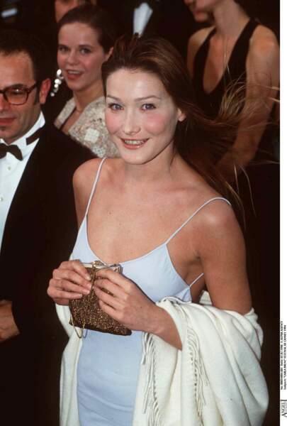 En robe à fines bretelles bleu ciel, lors du festival de Cannes 1994