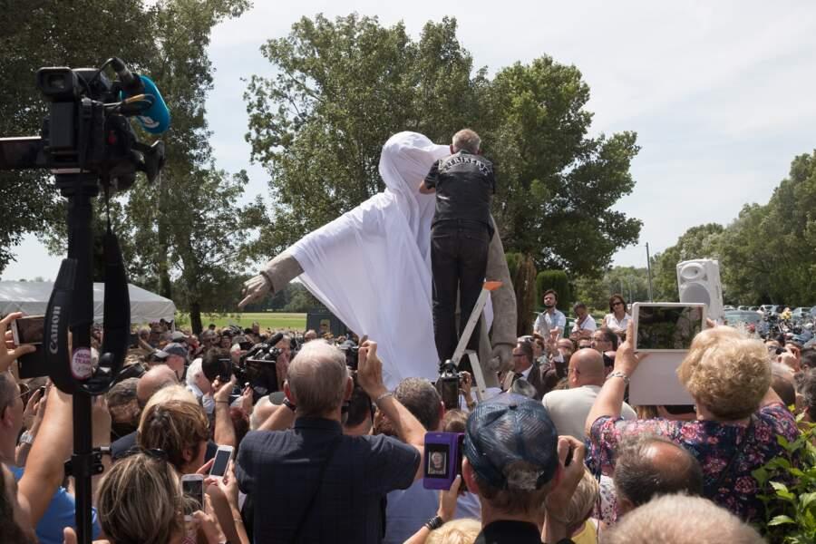 La statue de Johnny Hallyday sous sa bâche