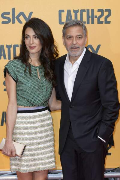 Toujours très complice, Amal Clooney stylée en cropped top et mini jupe avec son mari George Clooney