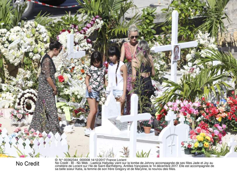 Laeticia Hallyday vient sur la tombe de Johnny accompagnée de ses filles Jade et Joy et leur nounou