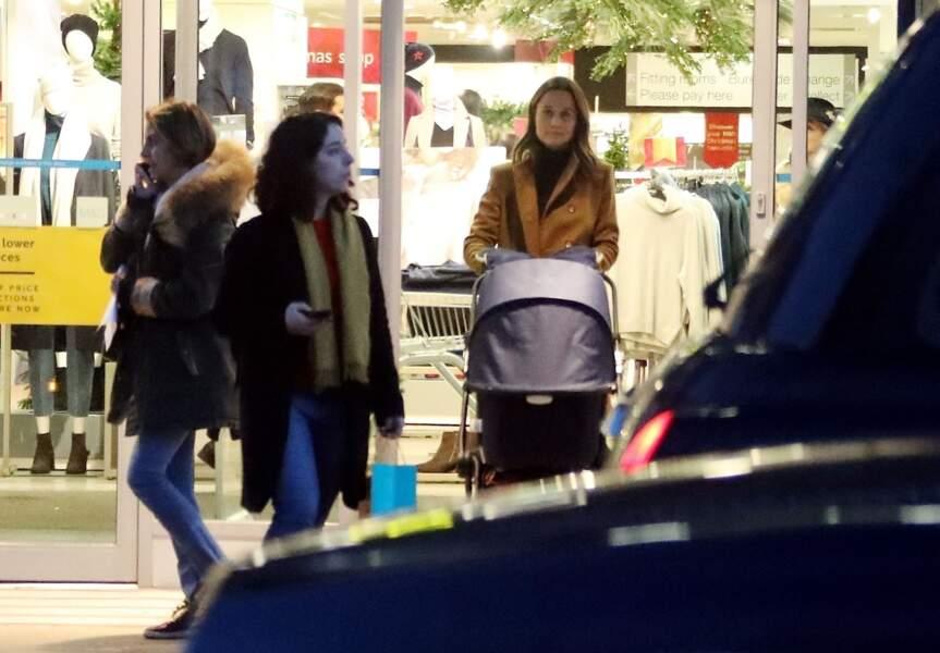 Pippa Middleton en virée shopping chez Marks & Spencer, avec son fils Arthur, à Londres, le 12 décembre 2018