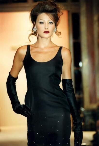 Carla Bruni a 19 ans lorsqu'elle devient mannequin. Ici, lors d'un défilé en 1990.