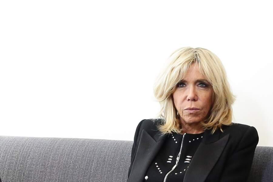 Brigitte Macron tout en noir et carré blond