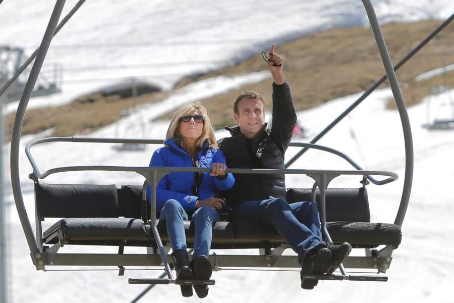 Les Macron empruntent un télésiège pour se rendre dans un restaurant d'altitude pour le déjeuner, le 12 avril 2017.