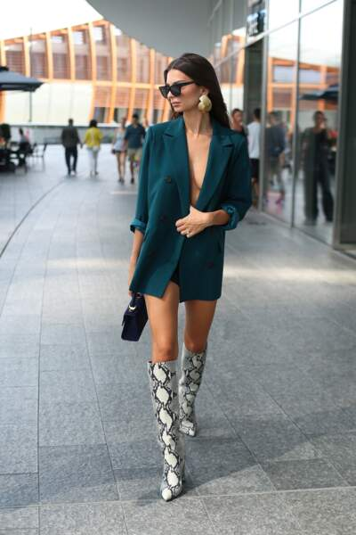 Emily Ratajkowski et son blazer bleu canard porté topless à la Fashion Week de Milan le 22 septembre 2018