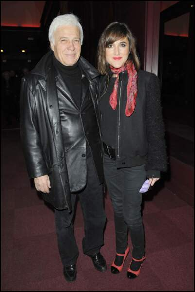 Victoria Bedos et son père Guy, foulard gavroche assorti aux chaussures
