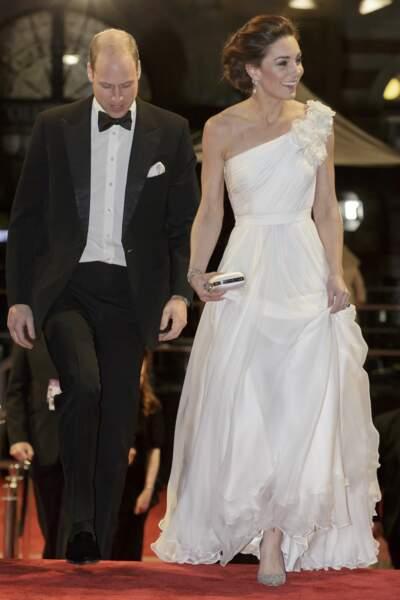 Pour compléter sa tenue, Kate Middleton a choisi des escarpins Jimmy Choo et un sac Alexander McQueen