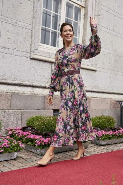 Dans sa robe à fleurs Mary de Danemark a salué la foule du festival des fleurs à Odense, au Danemark