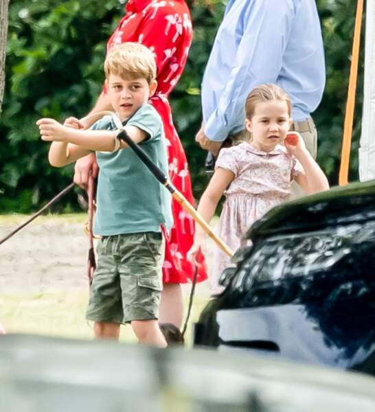 Le prince George essaye les outils de polo de son père
