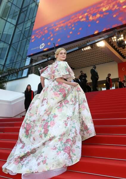 """Elle Fanning en robe Valentino lors de la montée des marches du film """"Les Misérables"""" le 15 mai 2019"""