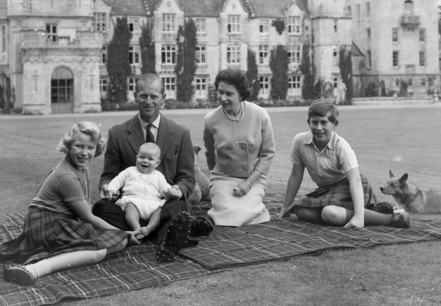 Le Prince Andrew entouré de ses parents, le Prince Charles et la Princesse Anne