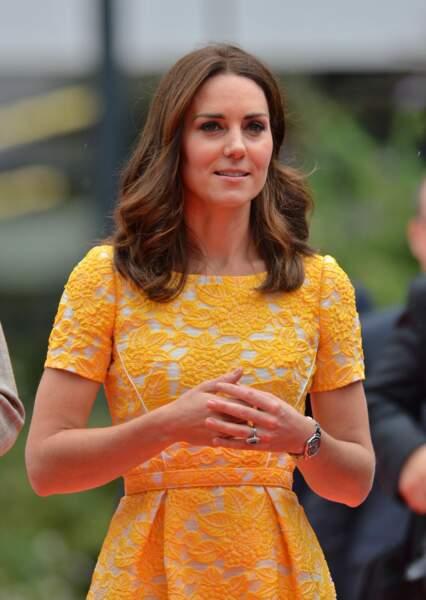 Kate Middleton assortit sa robe Jenny Packham à ses mèches miellées