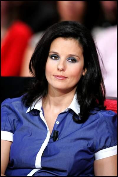 Faustine Bollaert ravissante avec une chemise au couleur de l'été le 29 octobre 2008 à Paris
