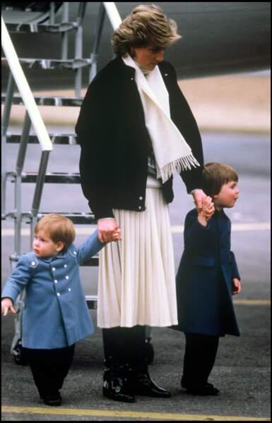 Lady Diana, avec ses fils Harry et William, arrivent à l'aéroport d'Aberdeen en 1986