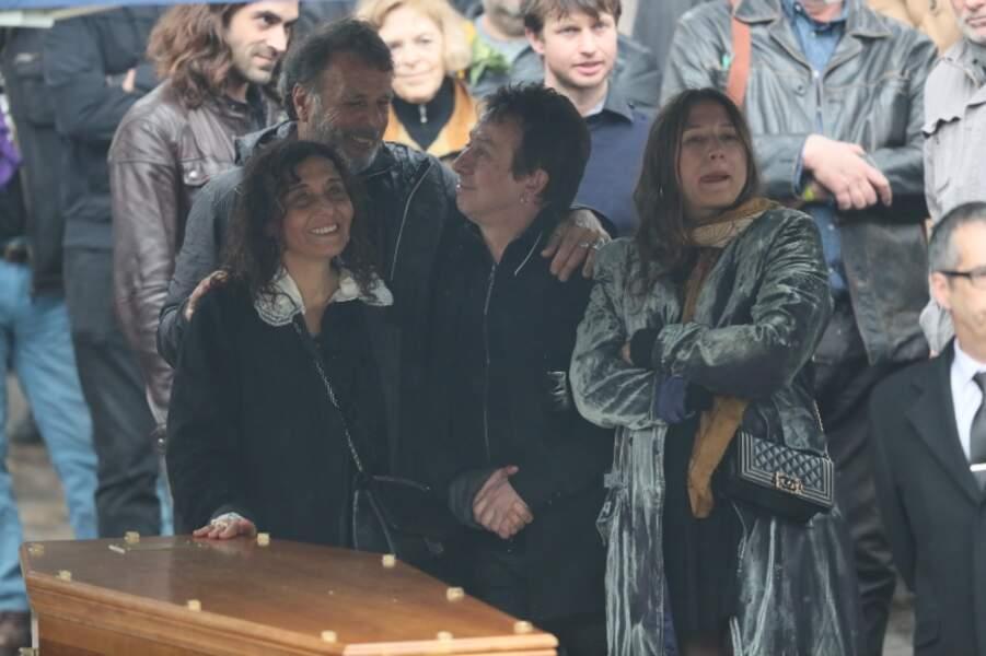 Eric serra, Aziza Zakine, sa fille Izia Higelin lors des obsèques de Jacques Higelin au cimetière du Père Lachaise