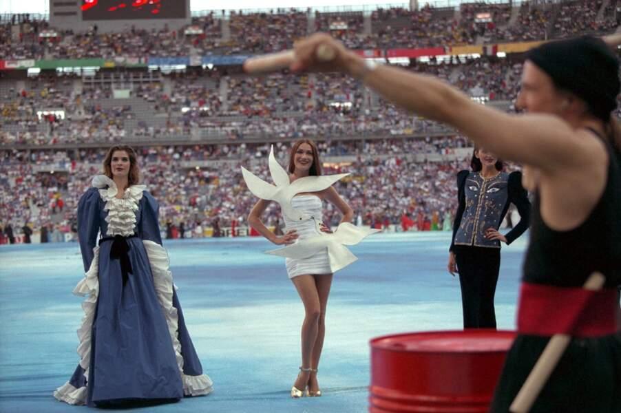 Lors du défilé Yves Saint Laurent avant la finale France/Brésil de la coupe du monde de football 1998