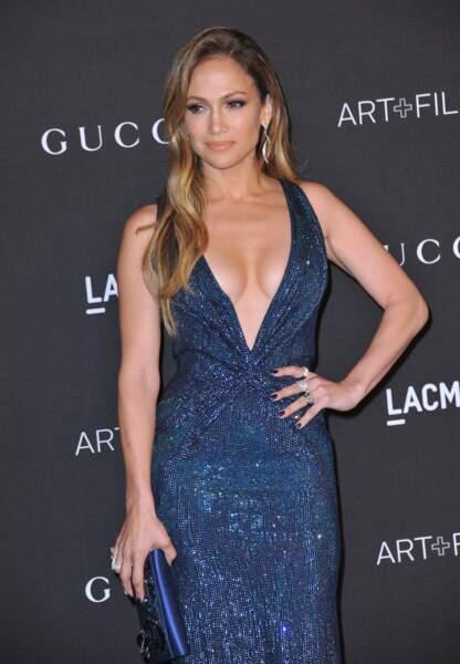 Jennifer Lopez dans une robe au décolleté très plongeant