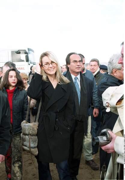 Janvier 2002, Laeticia Hallyday «  marraine des enfants orphelins » dans sa ville d'Agde.