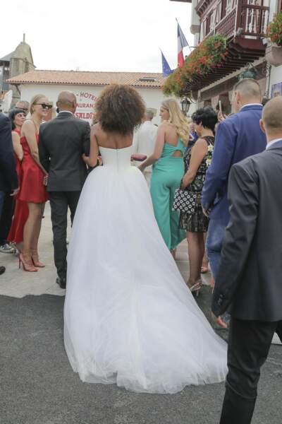 De nombreux curieux ont assisté à la sortie de mariés