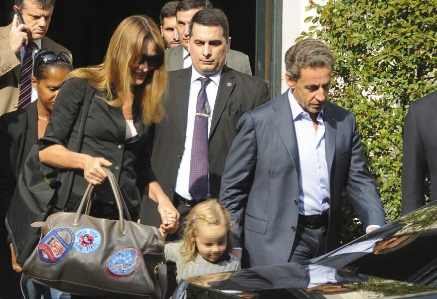 Giulia découvre l'Argentine avec ses parents. Les officiers de sécurité ne sont jamais très loin