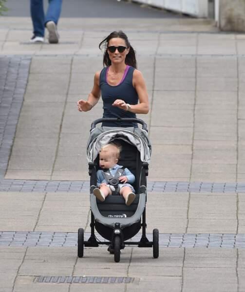 Pippa Middleton fait son jogging en même temps qu'elle promène son petit Arthur, à Londres, le 6 août 2019.